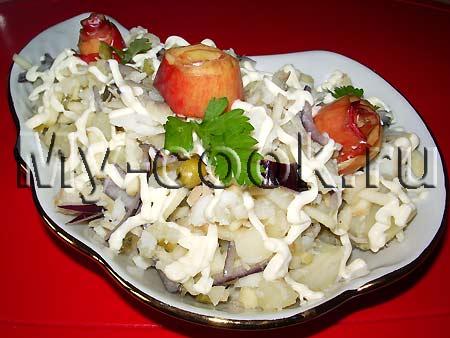 Салат с рыбой, яблоком и овощами