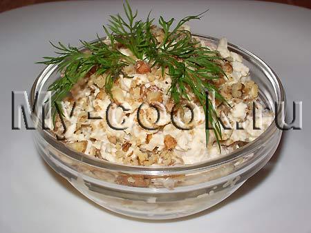 Салат из мяса птицы с орехами и изюмом