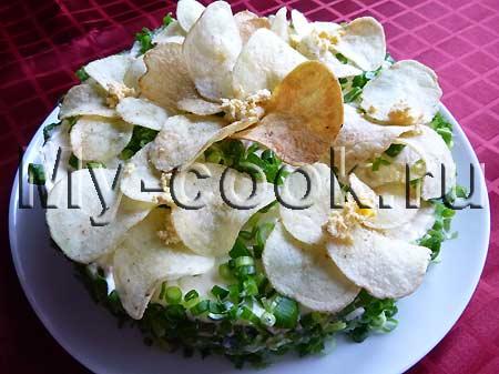 Салат с печенью трески и чипсами