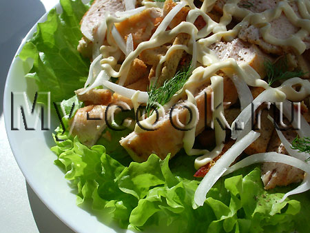 Салат с куриной грудкой и луком