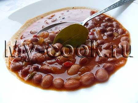 Фуль (вареные бобы в томатном соусе)