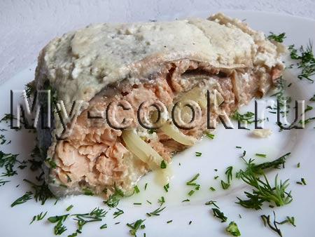 Запечённый лосось в сметанном соусе с хреном