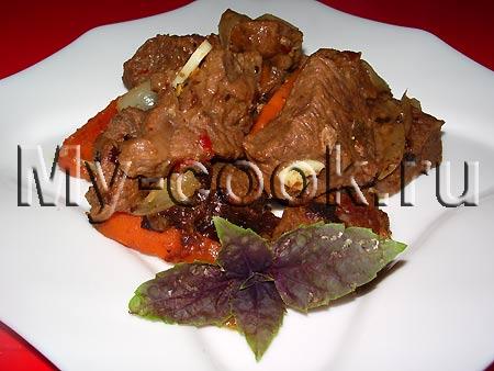 Тушеное мясо с овощами и приправами
