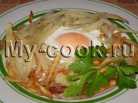Глазунья на картофеле