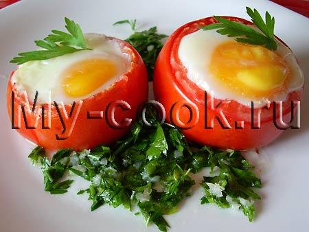 Яйца запеченные в помидорах с соусом из петрушки